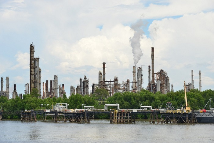 oil refinery emits environmental toxins